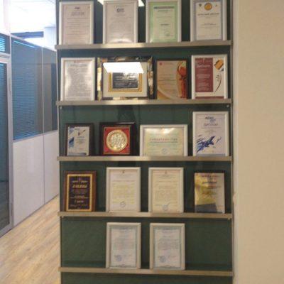 Дизайн и производство декоративного стеллажа для дипломов