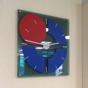 часы в корпоративном стиле